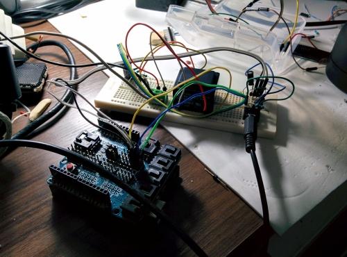 Configuração do experimento. Detalhe para o cubo preto, o transformer AC/AC 115V->9V que utilizei para medir a voltagem.