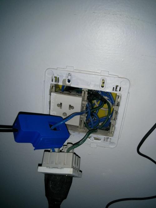 Instalação do CT na tomada. Note que só um dos fios é mensurado.